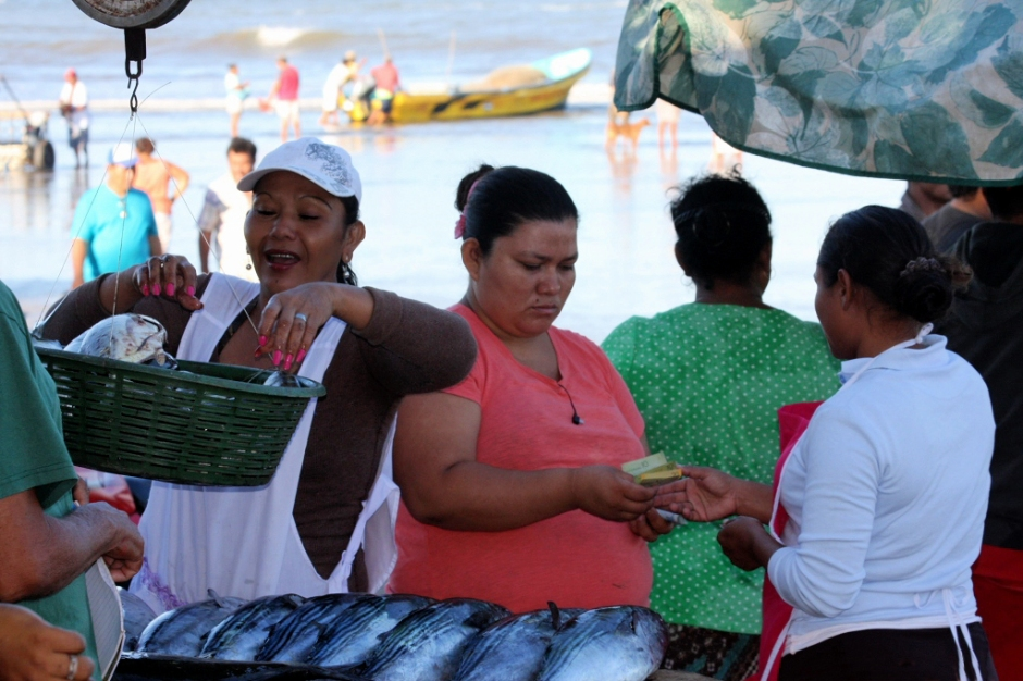 femme pèse poisson